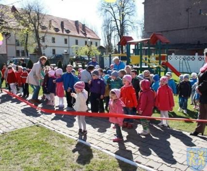 Nowy plac zabaw służy dzieciom (43)