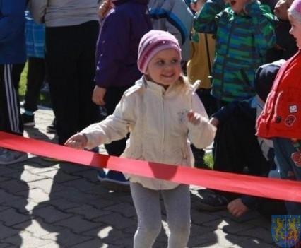 Nowy plac zabaw służy dzieciom (44)
