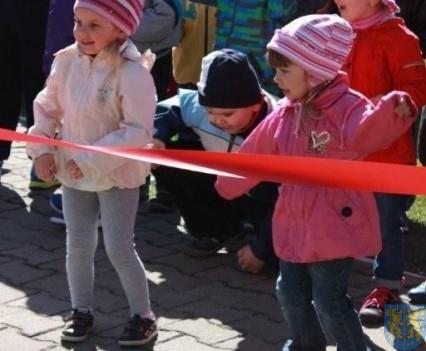 Nowy plac zabaw służy dzieciom (45)