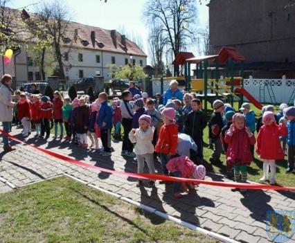 Nowy plac zabaw służy dzieciom (46)