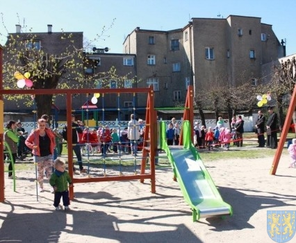 Nowy plac zabaw służy dzieciom (47)