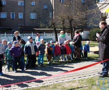 Nowy plac zabaw służy dzieciom (49)