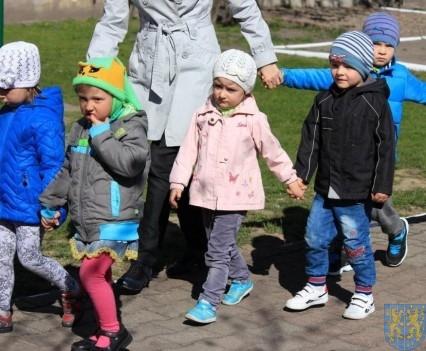 Nowy plac zabaw służy dzieciom (5)