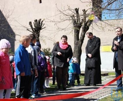 Nowy plac zabaw służy dzieciom (51)