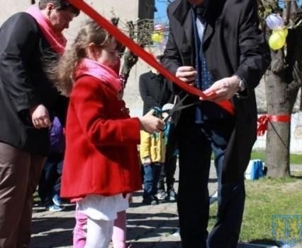 Nowy plac zabaw służy dzieciom (54)