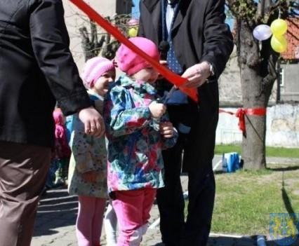 Nowy plac zabaw służy dzieciom (56)