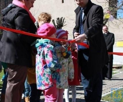 Nowy plac zabaw służy dzieciom (57)