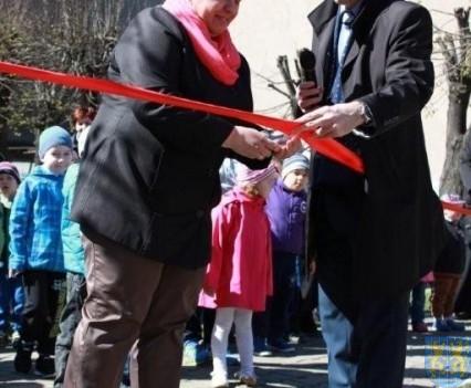 Nowy plac zabaw służy dzieciom (58)