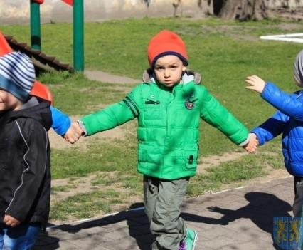 Nowy plac zabaw służy dzieciom (6)