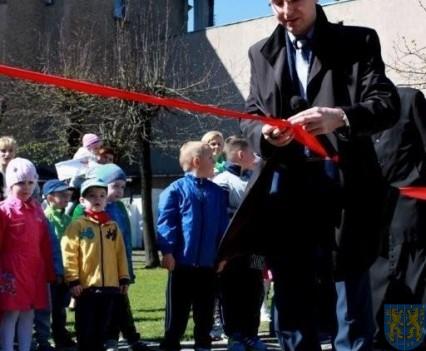 Nowy plac zabaw służy dzieciom (61)