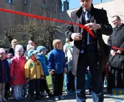 Nowy plac zabaw służy dzieciom (62)