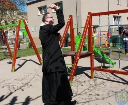Nowy plac zabaw służy dzieciom (71)