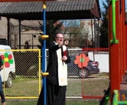 Nowy plac zabaw służy dzieciom (73)