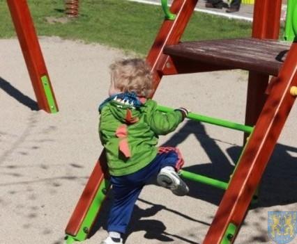 Nowy plac zabaw służy dzieciom (74)