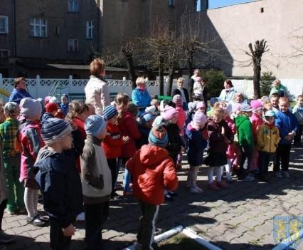 Nowy plac zabaw służy dzieciom (75)