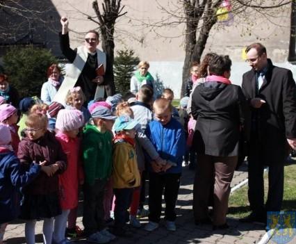 Nowy plac zabaw służy dzieciom (76)