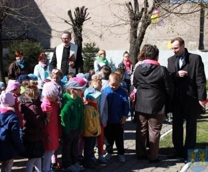 Nowy plac zabaw służy dzieciom (77)