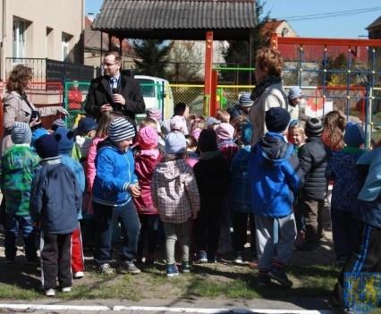 Nowy plac zabaw służy dzieciom (78)