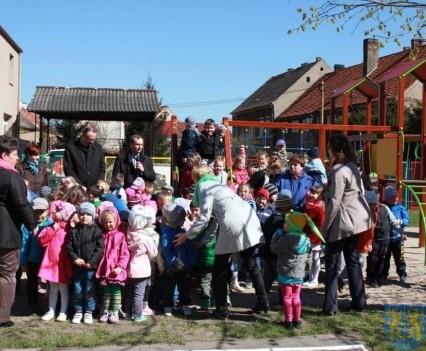 Nowy plac zabaw służy dzieciom (79)