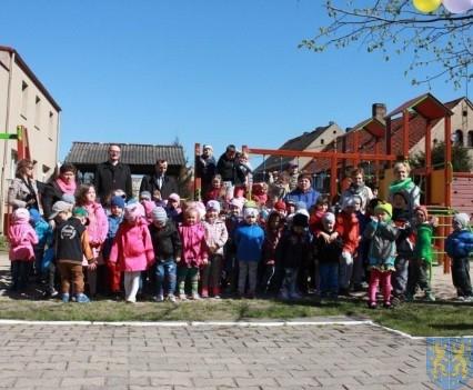 Nowy plac zabaw służy dzieciom (81)