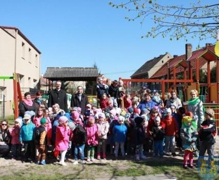 Nowy plac zabaw służy dzieciom (84)