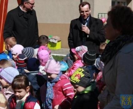 Nowy plac zabaw służy dzieciom (86)