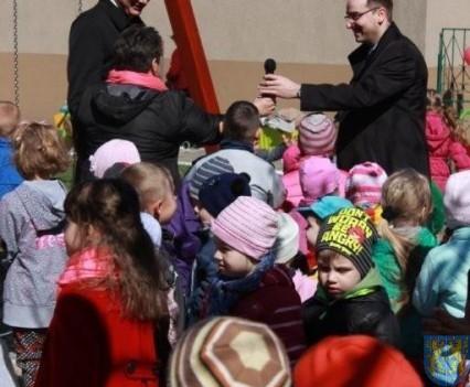 Nowy plac zabaw służy dzieciom (87)