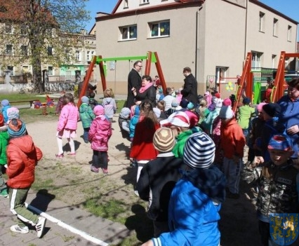 Nowy plac zabaw służy dzieciom (88)