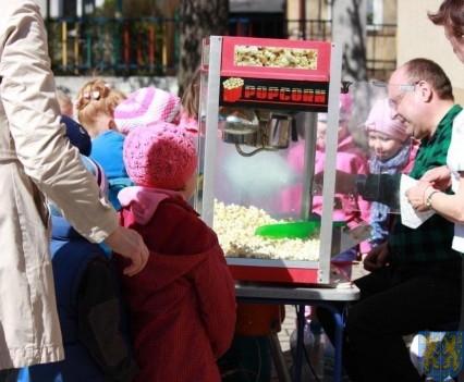 Nowy plac zabaw służy dzieciom (89)