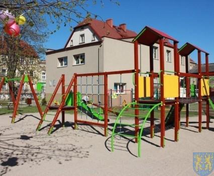 Nowy plac zabaw służy dzieciom (9)