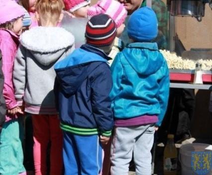 Nowy plac zabaw służy dzieciom (91)