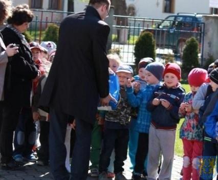 Nowy plac zabaw służy dzieciom (93)