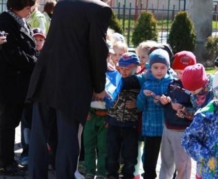 Nowy plac zabaw służy dzieciom (94)