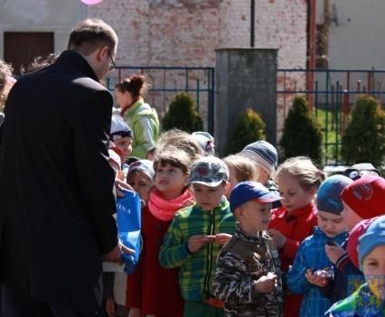 Nowy plac zabaw służy dzieciom (95)