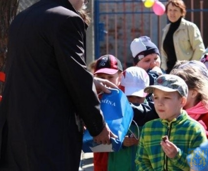 Nowy plac zabaw służy dzieciom (97)
