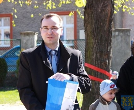 Nowy plac zabaw służy dzieciom (98)