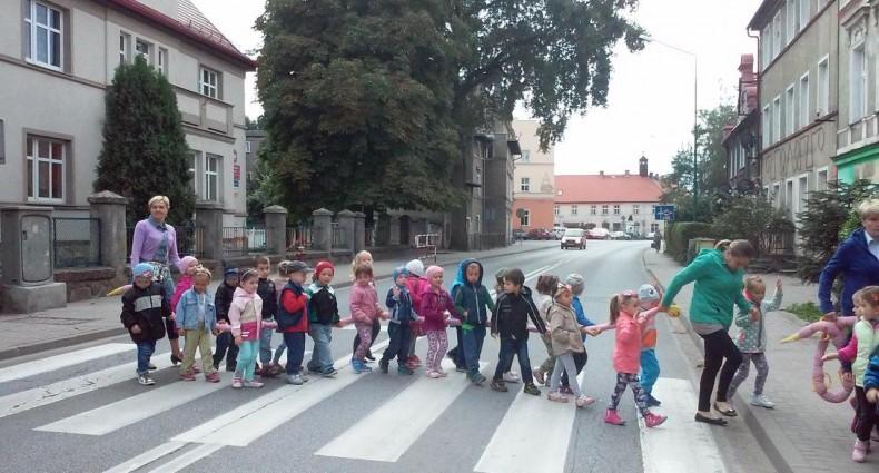Przedszkolaki zwiedzają swoją małą ojczyznę (5)