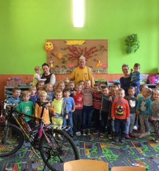Podróżnik rowerowy wśród dzieci (2)