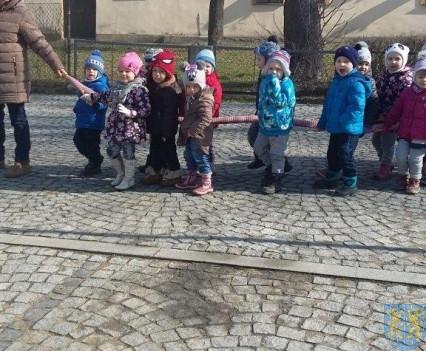 Korzyści płynące z przebywania dzieci na świeżym powietrzu (1)