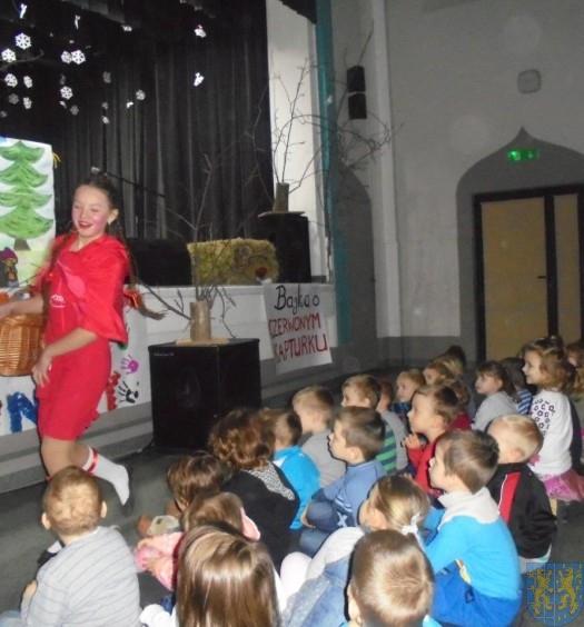 Przedszkolaki na przedstawieniu Czerwony Kapturek (17)