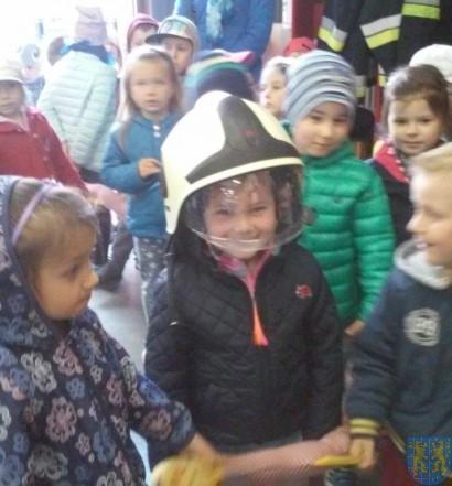 Przedszkolaki z wizytą u strażaków (16)