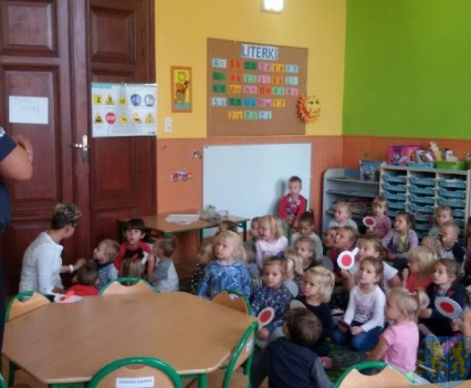 Policjant wśród przedszkolaków (2)