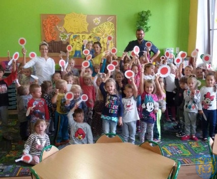 Policjant wśród przedszkolaków (4)