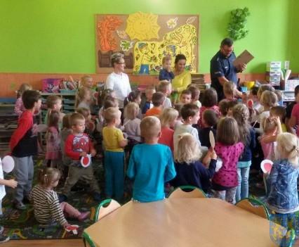 Policjant wśród przedszkolaków (6)