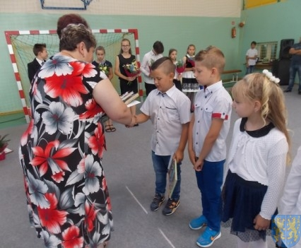 Rok szkolny w Szkole Podstawowej nr 2 im Papieża Jana Pawła II uroczyście zakończony (38)
