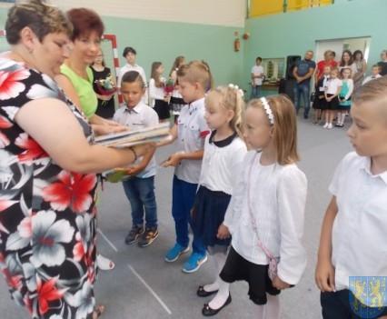 Rok szkolny w Szkole Podstawowej nr 2 im Papieża Jana Pawła II uroczyście zakończony (39)