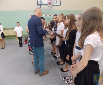 Rok szkolny w Szkole Podstawowej nr 2 im Papieża Jana Pawła II uroczyście zakończony (53)