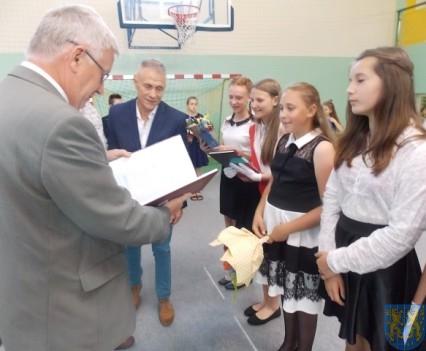 Rok szkolny w Szkole Podstawowej nr 2 im Papieża Jana Pawła II uroczyście zakończony (58)