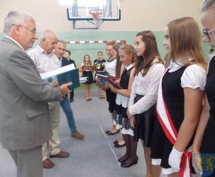 Rok szkolny w Szkole Podstawowej nr 2 im Papieża Jana Pawła II uroczyście zakończony (59)