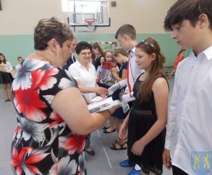Rok szkolny w Szkole Podstawowej nr 2 im Papieża Jana Pawła II uroczyście zakończony (64)